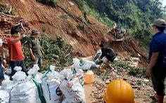 Giăng dây cáp qua miệng vực đưa hàng cứu trợ vào thôn bản