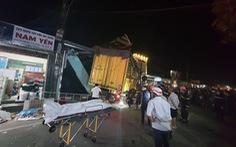 NÓNG: Sau tiếng nổ, xe tải đâm xe 7 chỗ, tông nhiều xe máy, lao vào nhà dân, ít nhất 3 người chết