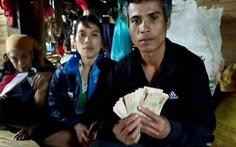Thấy 10 triệu đồng trong áo quần cũ cứu trợ sau lũ, nhờ xã trả lại người mất