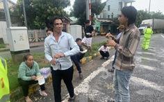 Cảnh sát, người dân Huế đội mưa phát cơm cho hành khách mắc kẹt do bão số 9