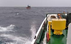 Tàu kiểm ngư 467 lai dắt 1 tàu cá Bình Định về bờ
