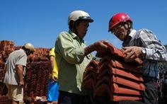 Người dân Quảng Ngãi rồng rắn đi mua ngói lợp lại nhà, ngói 'cháy hàng'