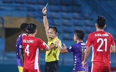 Quang Hải ra dấu hiệu nhắc trọng tài truất quyền thi đấu Bùi Tiến Dũng