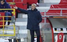 Thay 4 cầu thủ cùng lúc, đoàn quân của HLV Mourinho vẫn thua đau