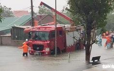 Mưa lớn dồn dập, nhà dân ở Nghệ An ngập gần nóc, huy động xe cứu hỏa cứu người