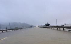 Quốc lộ 1 qua Hà Tĩnh đang cấm đường do bị ngập sâu
