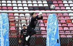 Sân mất điện, trận đấu của Văn Lâm cùng Muangthong United bị hoãn