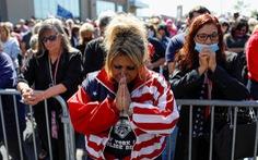 Đông đảo người ủng hộ cầu nguyện cho Tổng thống Trump sớm bình phục