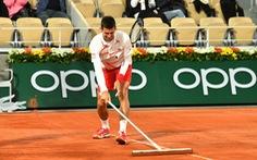 """Novak Djokovic 'tấu hài"""" chờ đóng mái sân Philippe Chatrier"""
