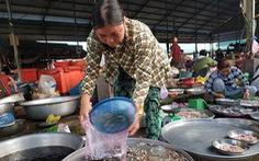 Đặc sản mùa lũ giảm giá và nước bắt đầu rút