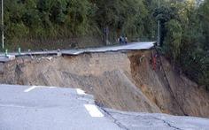 Dòng nước như thác cuốn trôi nhà cửa ở Pháp do bão Alex