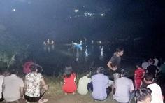 Ôtô tông xe máy, húc lan can cầu rơi xuống sông, 5 người chết