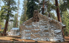 Bọc giấy bạc giúp các căn nhà an toàn trước rừng lửa