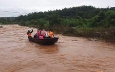 Dùng chài lưới tìm kiếm hai cha con mất tích khi qua đập tràn ở Gia Lai