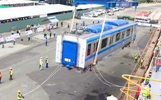 Trực tiếp: Đoàn tàu metro đang được cẩu lên xe chuyên dụng