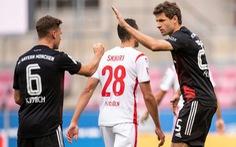 Lãnh bàn thua vì VAR, Bayern Munich vẫn thắng sát nút và lên đầu bảng