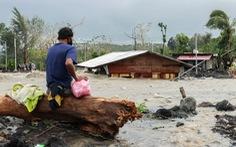 Một ngày siêu bão đổ bộ 3 lần, dân Philippines thất thần nhìn mọi thứ bị cuốn trôi