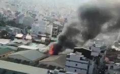 Cháy cơ sở lắp ráp loa trong khu dân cư, khói đen mịt mù