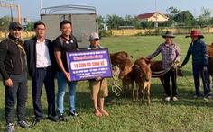 Lý Hoàng Nam trao bò và quà cho người dân miền Trung