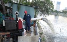 Sài Gòn vật lộn với triều cường mênh mông, máy bơm nước hoạt động mệt nghỉ