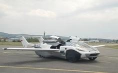 Siêu xe bung cánh thành máy bay cất cánh trên bầu trời
