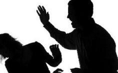 Tạm giữ nữ chủ quán nghi hành hạ 2 nam nhân viên giúp việc