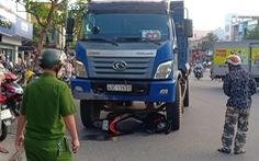 Đang dừng xe chờ đèn đỏ, cô gái bị xe tải tông tử vong