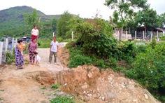 Doanh nghiệp dựng hàng rào chặn đường đi lại của dân