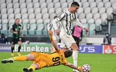 Ghi bàn từ khoảng cách hơn 20 mét, Ronaldo san bằng kỷ lục của Messi