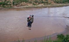 Tái diễn người dân liều mình đu dây vượt sông Pô Kô