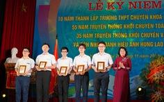 Phó chủ tịch nước trao phần thưởng cho học sinh xuất sắc tại kỳ thi Olympic quốc tế