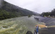 Hồ xả lũ, hàng chục người vẫn liều lĩnh giữa dòng tìm bắt cá