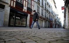 Pháp cấm các siêu thị bán hàng không thiết yếu