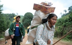 Dân vùng sạt lở đi bộ 4 giờ nhận hàng cứu trợ