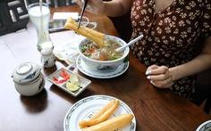 Mẹ dặn: con gái Hà Nội, ăn phở phải ý nhị