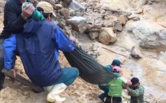 Chồng đi giúp dân khắc phục bão lũ, vợ sẩy thai khi băng rừng cõng hàng cứu trợ