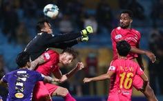 Văn Hậu và Tấn Trường cùng mắc lỗi dẫn đến bàn thua của Hà Nội FC