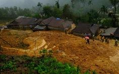 Hàng ngàn khối đất đá đổ sập, cả làng bỏ chạy trong đêm
