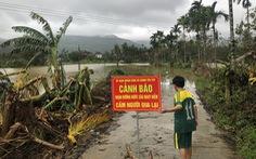 Không dừng xe dù có biển cảnh báo ngập nước, một người bị lũ cuốn mất tích
