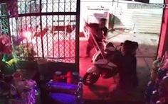 Đang ngồi trước nhà, người đàn ông bị một nhóm cầm hung khí tấn công
