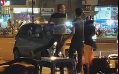 Va quẹt, tài xế xe hơi đuổi đánh nam thanh niên, tát cô gái đi xe máy