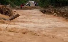 Nam thanh niên cứu 3 người bị nước cuốn khi đi nhận hàng cứu trợ