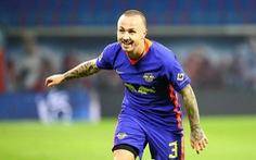 Video: Cú đá phạt như 'phóng tên lửa' của cầu thủ Leipzig khiến thủ môn không thể bay người