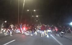 Hàng trăm 'quái xế' ngang nhiên chặn xe trên quốc lộ 1 để đua xe trái phép