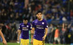 Cầu thủ Hà Nội buồn bã rời sân Cẩm Phả