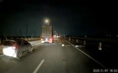 Người đàn ông tâm thần khiêng bêtông chặn đường cao tốc