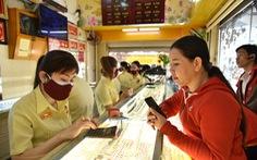 Giá vàng SJC rơi khỏi ngưỡng 55 triệu đồng, người dân bán vì sợ giảm thêm