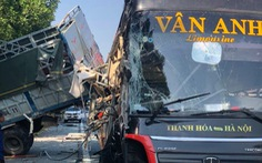 Xe khách va quẹt xe tải đang dừng trên cao tốc, 4 người bị thương