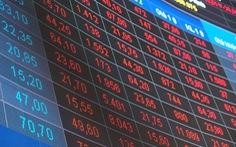 Chứng khoán đỏ sàn do ca COVID-19 mới: Kẻ tháo chạy, người canh 'hốt' cổ phiếu rớt giá