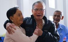 Hơn 60 năm sau, người em trai mới òa khóc với chị: 'Chị nhớ em không?'